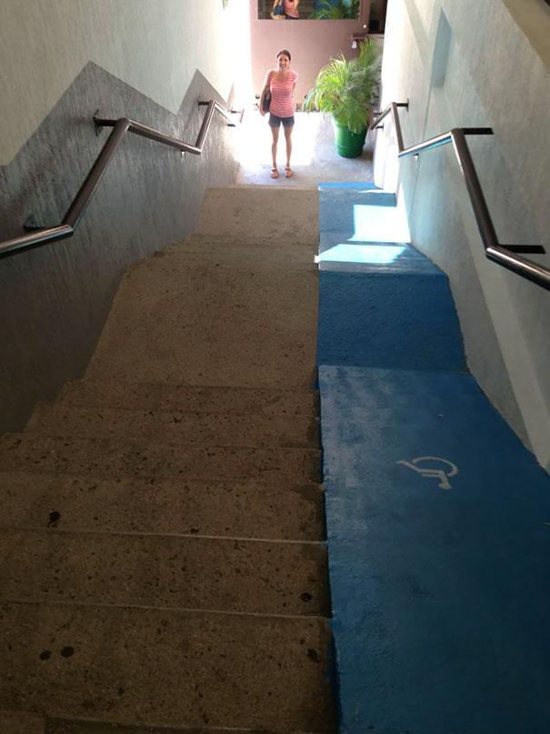 Với đường đi cho người tàn tật có độ dốc như thế này, thì mỗi lần đi qua đây giống như tham gia một môn thể thao mạo hiểm