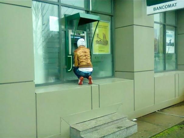 Muốn rút tiền ở cây ATM này, bạn bắt buộc phải...squat