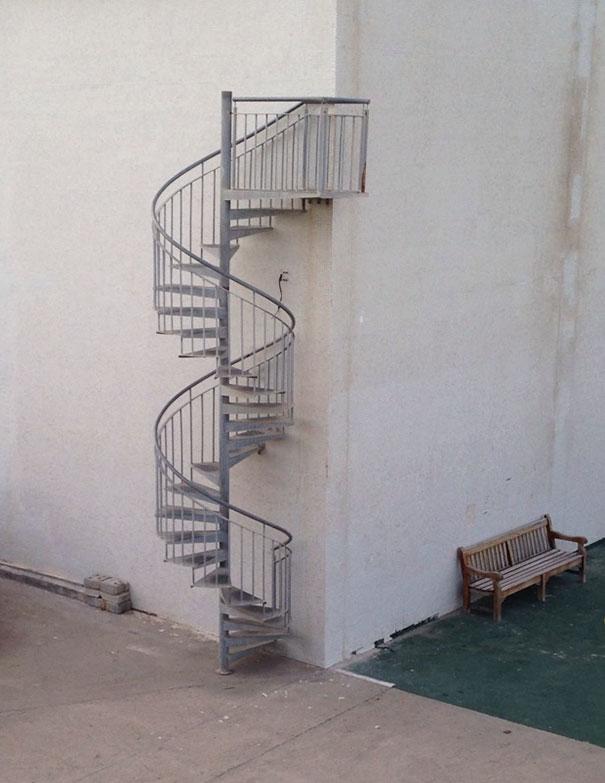Nấc thang lên... góc tường
