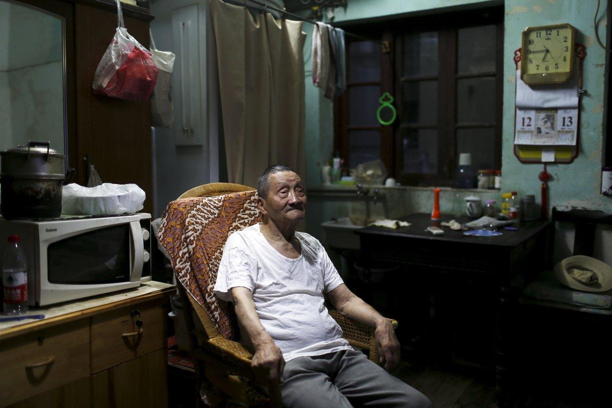 Cụ Wang Cunchung, 90 tuổi, đã sống với đứa con trai 60 tuổi của mình trong một căn hộ chỉ hơn 9m² tại Thượng Hải, Trung Quốc.
