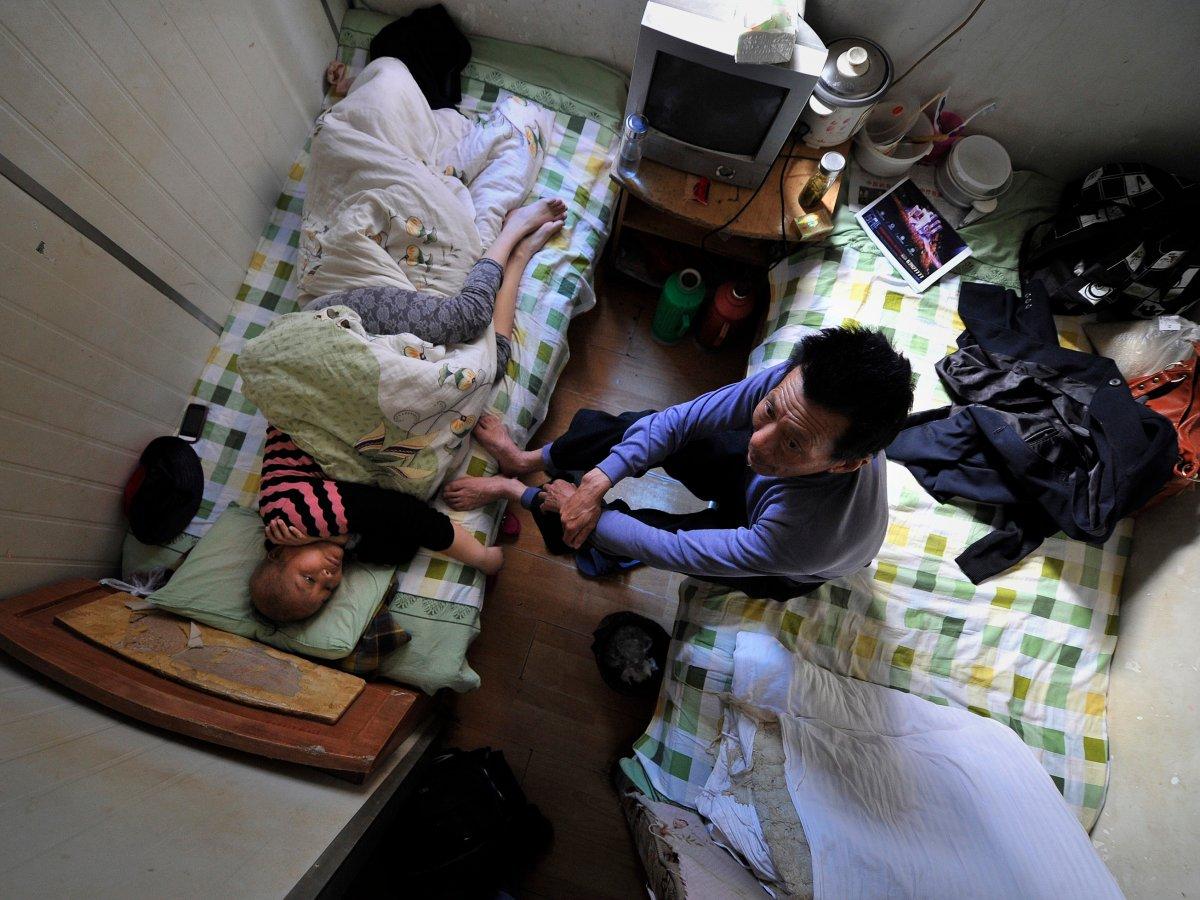 Tại thành phố Hợp Phì, Trung Quốc, những bệnh nhân không đủ chi phí để chi trả tiền nội trú bệnh viện phải chấp nhận điều trị trong một căn hộ chỉ 8m² ở một khu nhà gần đó.