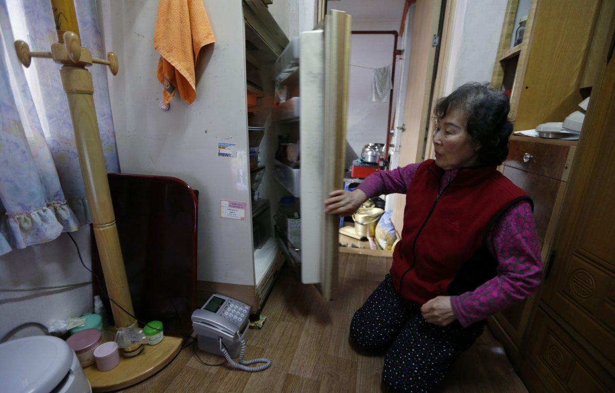 Bà Kong Kyung-soon, 73 tuổi, sống trong căn hộ chật hẹp có diện tích sống chỉ gần 2m². Với toilet và bếp riêng bên ngoài.