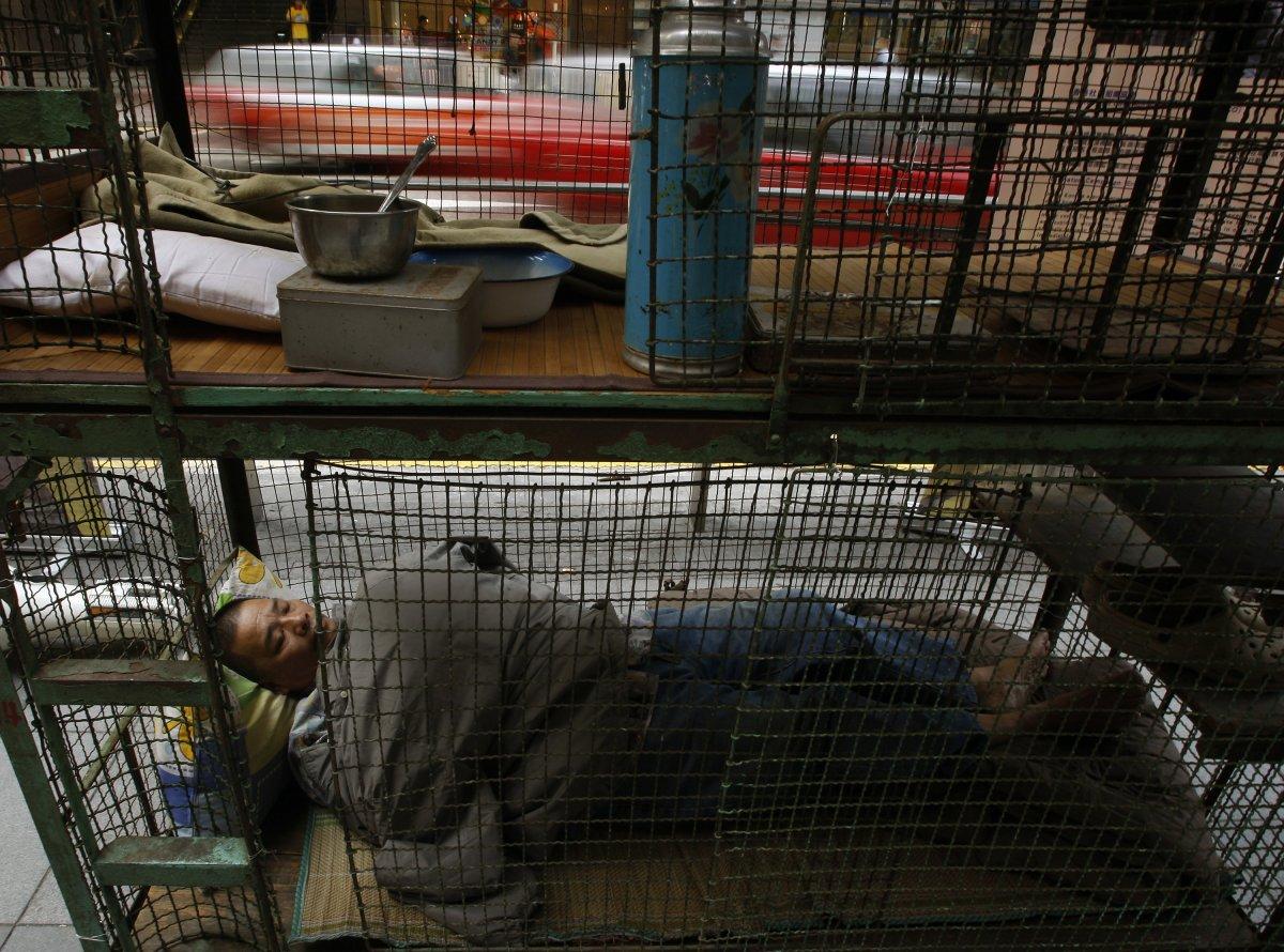 Cho đến khi chính quyền Hong Kong đưa ra biện pháp giải quyết thì những gì mà người dân có thể làm chỉ là biểu tình phản đối và chấp nhận tiếp tục cuộc sống trong lồng của mình.
