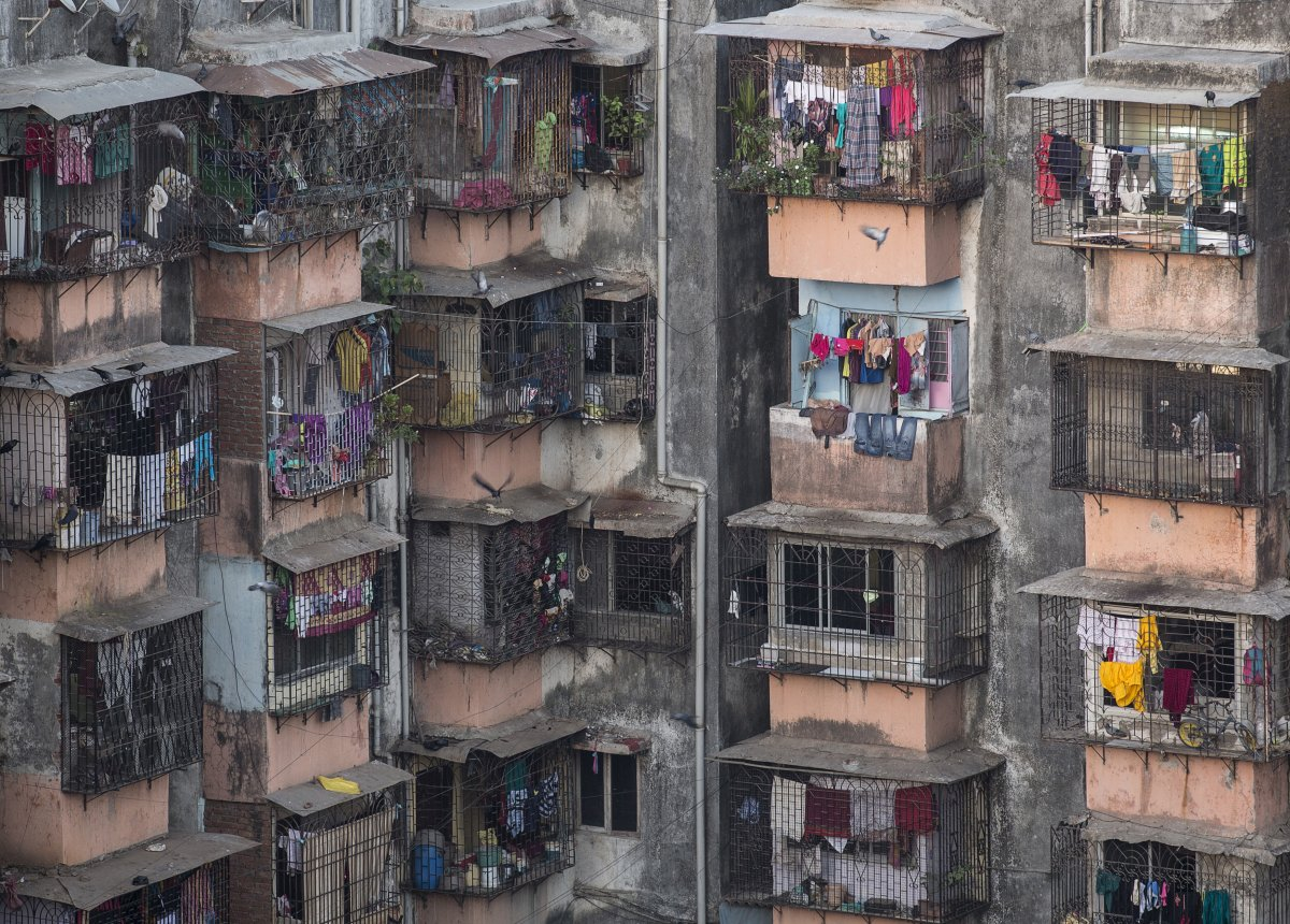 Dharavi, một khu dân cư nằm ngay trung tâm thành phố Mumbai, Ấn Độ. Đây là một trong những khu ổ chuột lớn nhất Châu Á. Hơn một triệu người dân đang sinh sống tại đây.
