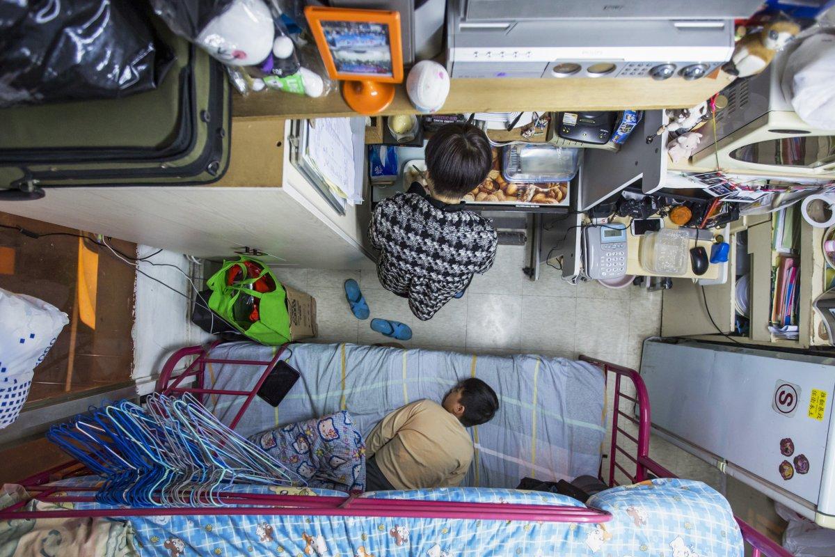 Người mẹ này dành 487 USD/ tháng để chi trả cho cuộc sống của mình và đứa con ở căn hộ có diện tích chỉ 5,5m² tại Hong Kong.