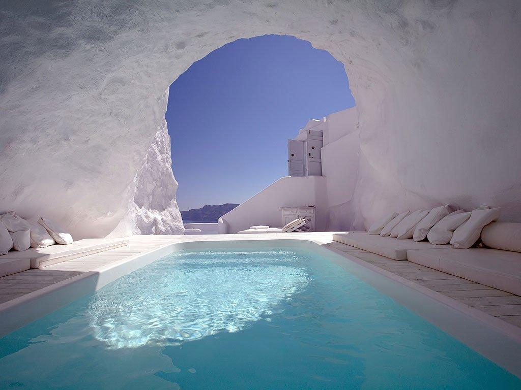 Khách sạn Iconic Santorini ở Imerovigli, Hy Lạp, nó có một hồ bơi bên trong. Khách sạn trên vách núi này giúp bạn có thể phóng tầm nhìn ra biển Địa Trung Hải.