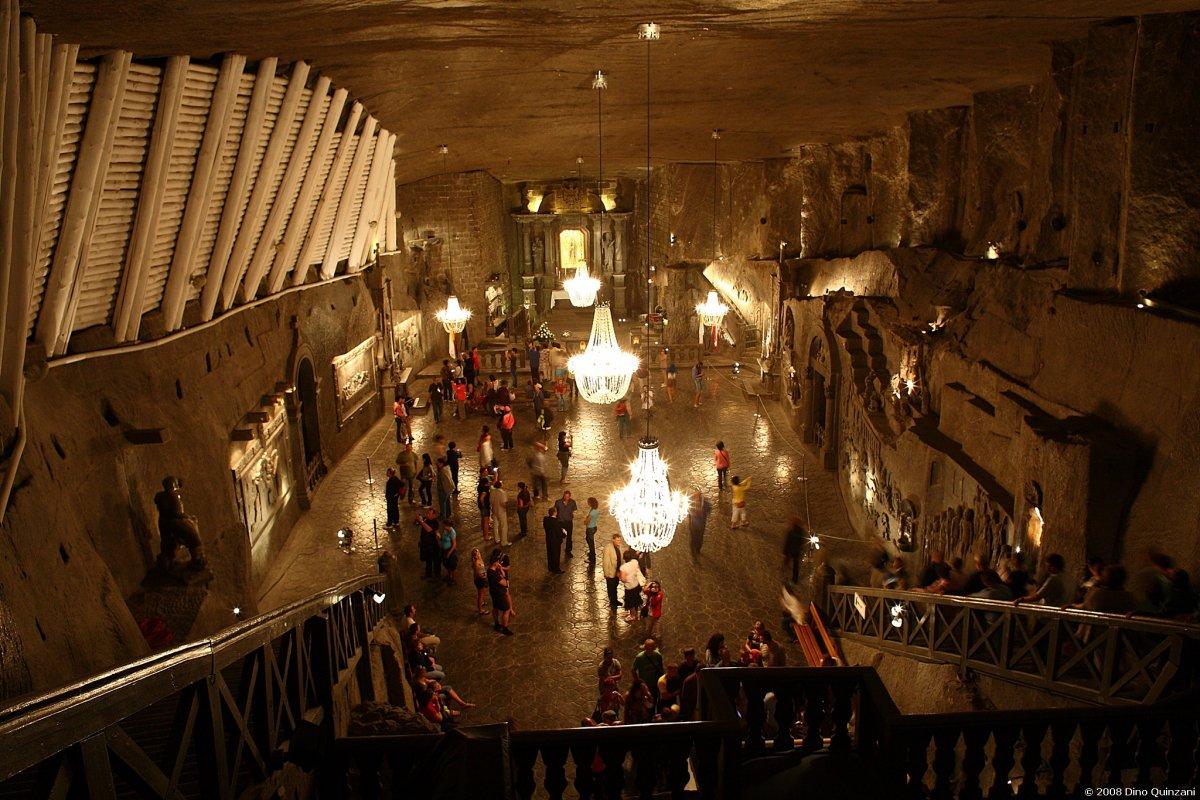 Quảng trường này tọa lạc tại Ba Lan, để đến bên dưới thì bạn phải đi xuống 800 bậc thang. Nơi này thường được dùng để tổ chức tiệc cưới và hội nghị. Nó đã tồn tại được 13 thế kỷ, trước đây nơi này từng là mỏ muối.