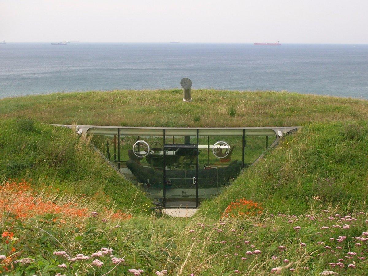 Được xây dựng vào năm 1996, căn nhà nhỏ nhắn ở xứ Wales này là một căn hầm dưới đồi cỏ. Căn nhà này có 3 giường với tầm nhìn tuyệt đẹp ra biển. Nó từng xuất hiện trong một show truyền hình trẻ em của Anh.