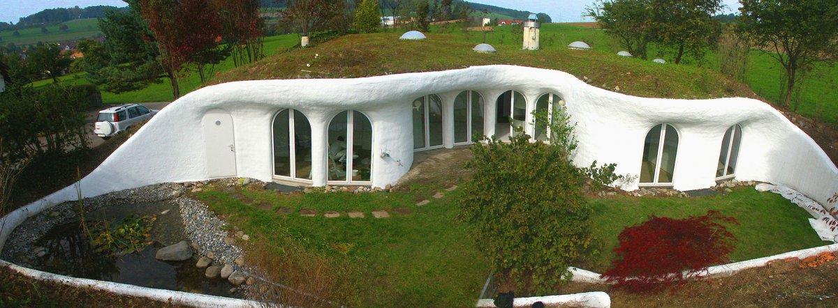 Được tạo ra bởi kiến trúc sư Peter Vetsch, ngôi nhà ở Thụy Sĩ này là ví dụ dễ hiểu nhất cho việc phối hợp cùng sống với thiên nhiên. Một phần của tòa nhà cũng là một phần của quang cảnh xung quanh.