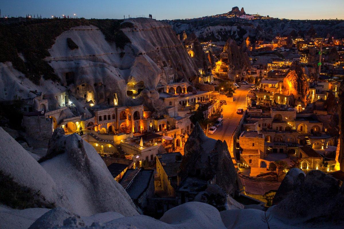 Các căn nhà đá nằm sát nhau trên vách núi đá ở Nevsehir, Thổ Nhĩ Kỳ. Nơi này còn được biết đến với cái tên vùng Cappadocia. Khu vực này rất nổi tiếng với du khách bởi các tác phẩm nghệ thuật Byzantine và mạng lưới các ngôi nhà hang ngầm từ thời đại đồ đồng (Bronze Age).