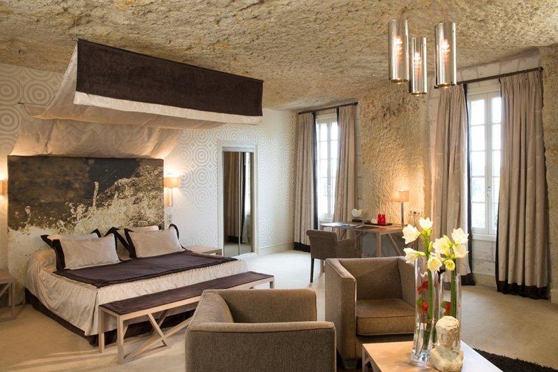 Nếu muốn cuộc sống hiện đại hơn với nhà hang, thì Les Hautes Roches là một khách sạn 5 sao được xây dựng ngay bên trong một vách núi đá vôi. Các căn phòng được trang trí lộng lẫy và hướng ra con sông Loire.