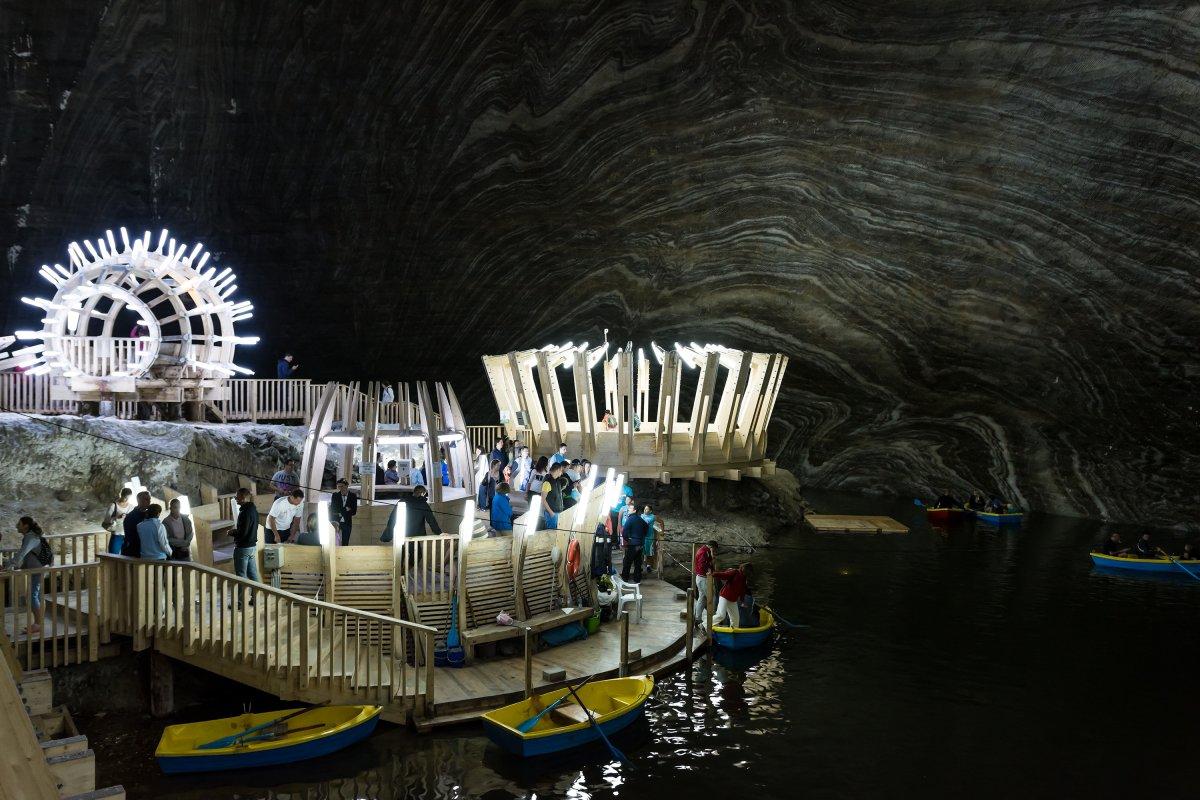 Công viên giải trí Salina Turda nằm ở độ sau 122m dưới lòng đất này từng là một hầm muối ở Romania. Bạn có thể chơi đu quay, chèo thuyền, bóng bàn và xem màn biểu diễn.