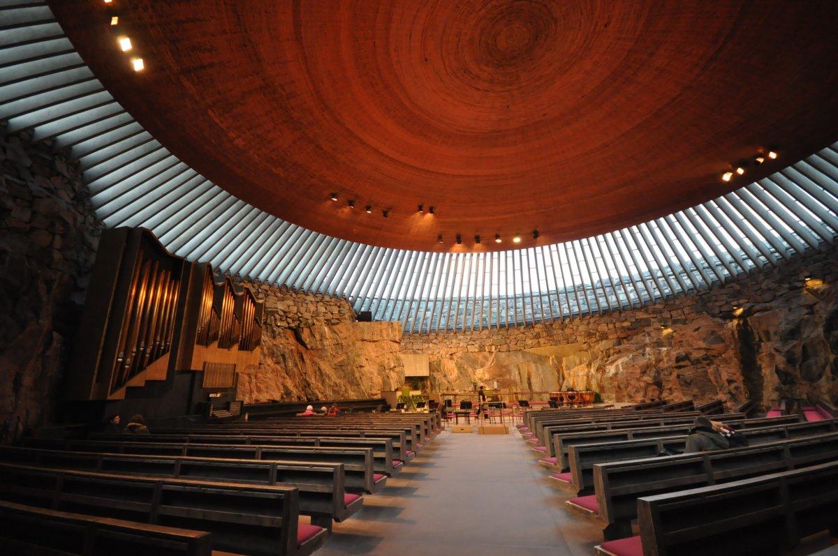 Được xây dựng trong bãi đá ngần, nhà thờ Temppeliaukio ở Helsinki có một mái vòm tuyệt đẹp cho phép ánh sáng mặt trời đi vào bên trong. Những bức tường đá thô được giữ nguyên để mang lại âm thanh tự nhiên tuyệt vời hoàn hảo nhất cho các buổi hòa nhạc