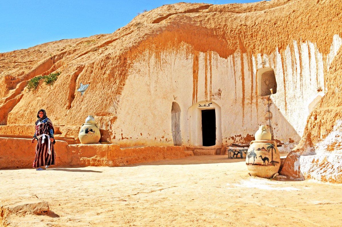 Tại phía Nam ngôi làng Tunisia này, người dân địa phương sống trong những ngôi nhà trong hang truyền thống của họ, được tạo ra bằng cách đục các tảng đá. Thậm chí tại đây còn có một khách sạn dưới lòng đất.