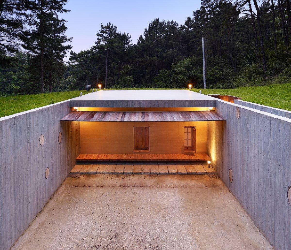 Được xây dựng vào năm 2009 để tưởng nhớ nhà thơ Hàn Quốc, tòa nhà Earth House ở Seoul có hai khoảng sân nối 6 phòng đơn, một nhà bếp, một phòng học và một phòng tắm với bồn bằng gỗ và toilet.