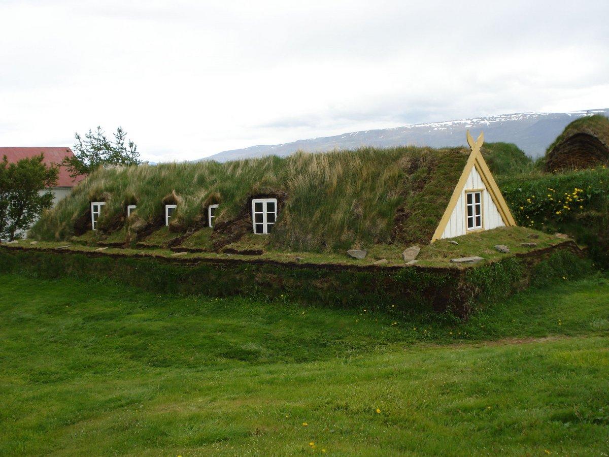 """Căn nhà ở Glaumbær, Iceland này là một ví dụ về một nhà cỏ"""", tòa nhà có khả năng cách nhiệt cực cao nhà có phần nền được là từ đá và một lớp cỏ dày mọc xung quanh."""