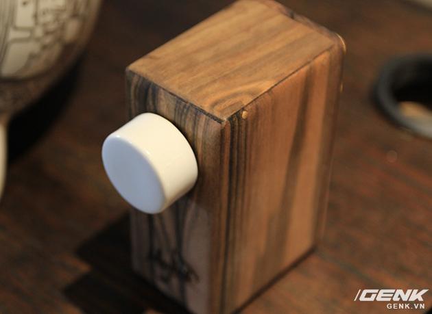 Vỏ gỗ vân sọc và nút điều chỉnh bằng gốm.