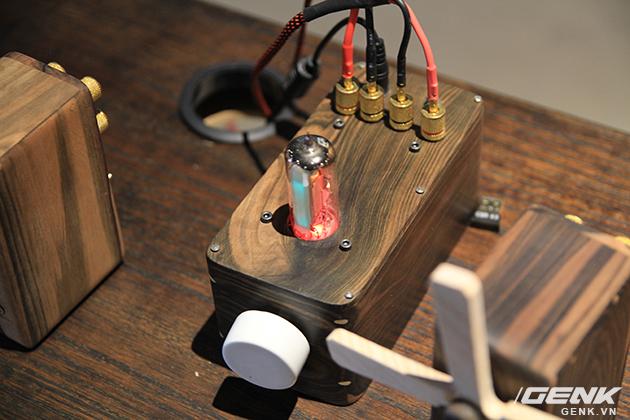 Chiếc đèn điện tử nằm trên nắp amp thực chất là một dạng đèn tín hiệu không có tác dụng về âm thanh.