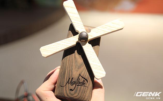 Núm điều chỉnh được làm dạng cánh quạt cối xay gió, phù hợp làm thành một món đồ trang trí bàn làm việc.