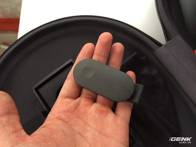 Nó nhỏ như thế này, dùng để cầm tay và click chứ không cần trỏ ngón tay lên không trung như bình thường.