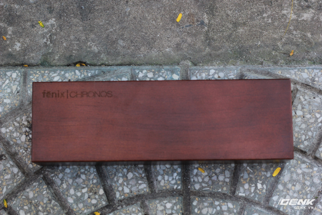 Bên trong là hộp bằng gỗ có khắc chìm tên sản phẩm.