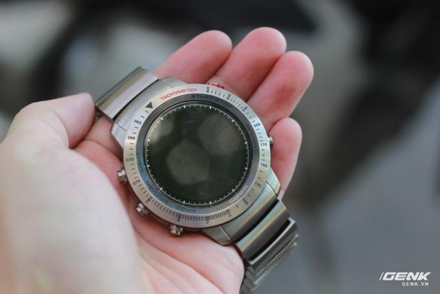 Mặt đồng hồ có phủ sapphire.