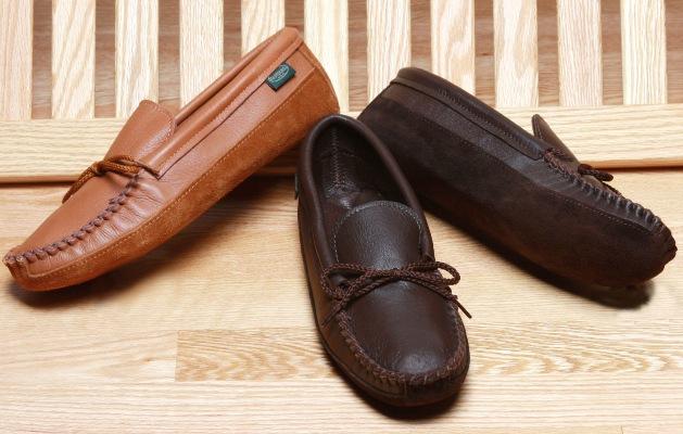 Mocca-seam, có đường viền hình chữ U chạy theo mũi giày