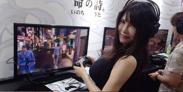 Nữ diễn viên phim 18+ Okita trong một sự kiện giới thiệu Yakuza 6 trước đây.