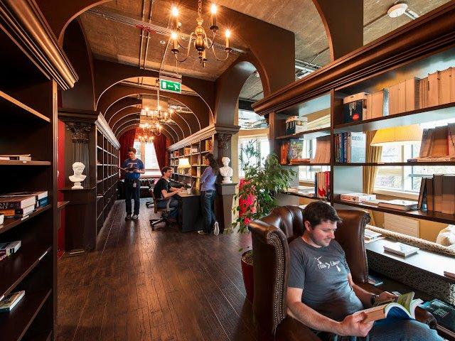 …hoặc thư viện cũng là một nơi lý tưởng để thư giãn và đọc sách, trông như thể một chốn phép thuật trong Harry Potter vậy.