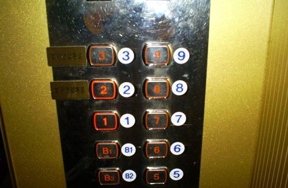 Nam sinh 13 tuổi đã mắc kẹt trong thang máy suốt 5 tiếng đồng hồ.