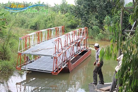 9 giờ 30 phút sáng 17-10, chiếc cầu hàn sẵn được chở vào kênh.
