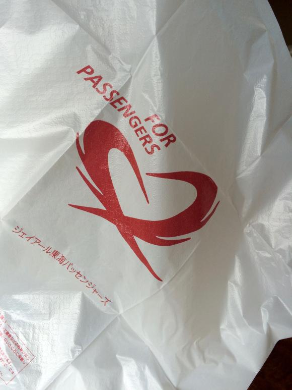 Những túi rác nhỏ được cung cấp trên mỗi chuyến tàu cho từng hành khách.