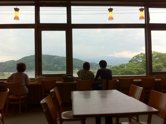 Khu vực nghỉ ngơi ăn uống tại SA nhìn ra núi Phú Sỹ, đang ẩn mình dưới những đám mây. Ảnh: JDP