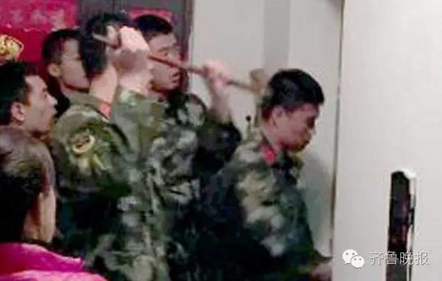 Nhân viên cứu hộ đến giải cứu Yixiao.