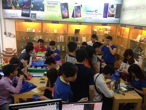 Với smartphone, người dùng Việt vẫn thích đến các showroom trải nghiệm thực tế hơn là mua online (ảnh minh họa)