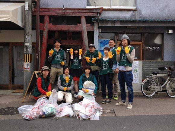 Các tình nguyện từ tổ chức NGTO Greenbird Okayama trong buổi sáng dọn dẹp thành phố.