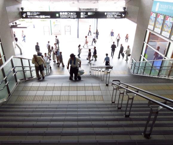 Một người dọn dẹp tại khu vực tàu điện ngầm Nhật Bản.