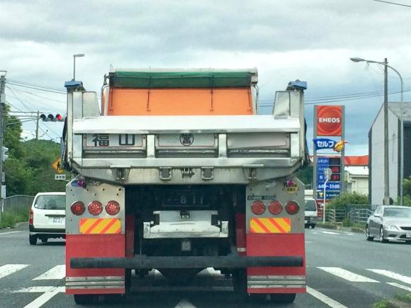 Một xe tải sạch sẽ trên đường.