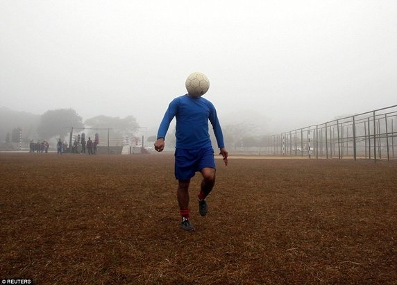 Một người đàn ông đang tâng bóng trong buổi luyện tập tại công viên ở Ý.