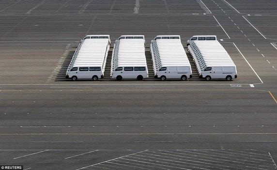 """Không phải là """"copy/paste"""" đâu. Chỉ là hàng loạt những chiếc Nissan được sắp xếp đồng bộ và thẳng hàng với nhau mà thôi."""
