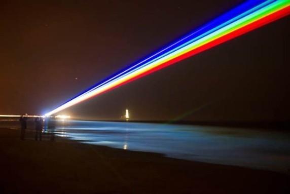 Một tia sáng như được ghép vào cảnh trời đêm, nhưng thật ra chính là chùm tia laser.