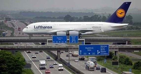 Bạn có thể nghĩ đây chắc chắn là hình ảnh Photoshop, nhưng chỉ là do góc chụp nên chiếc máy bay mới trông như đang chạy trên đường.