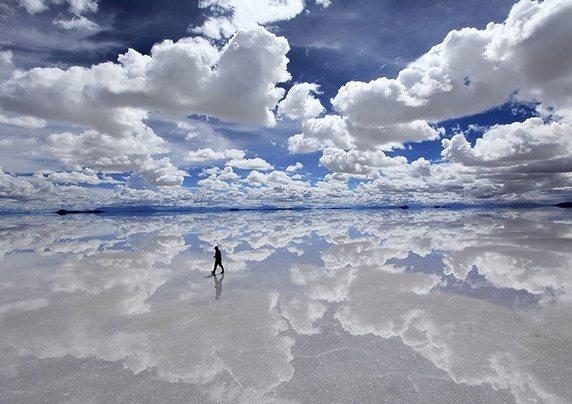 Hình ảnh một người đang bước đi trên Salar de Uyuni, ruộng muối lớn nhất thể giới ở Bolivia.