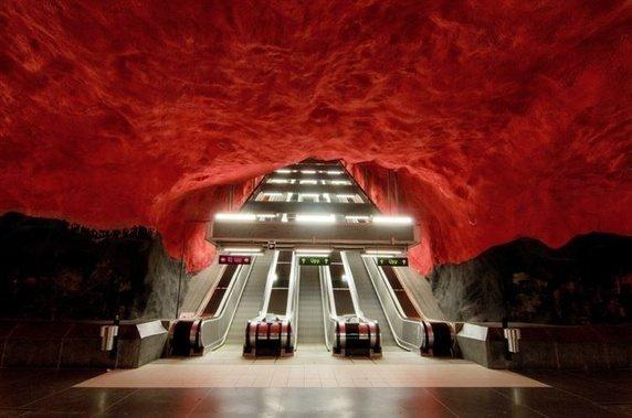 Trạm xe điện ngầm ở Stockholm trông như nấc thang đến địa ngục.