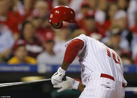 Tay bóng chày người Philadelphia là Ben Francisco bị quả bóng bay vào đầu trong trận thi đấu thuộc khuôn khổ sự kiện MLB National League. Trông như anh đã bị bay mất cả…đầu.