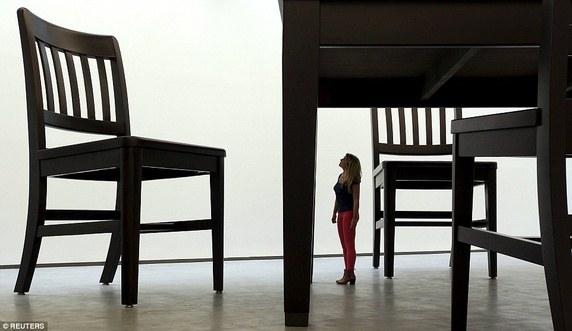 Một du khách đang quan sát tác phẩm của nghệ nhân Robert Therrien tại Trung tâm Nghệ thuật Đương đại ở Ireland. Trông cô như một người tí hon so với xung quanh.