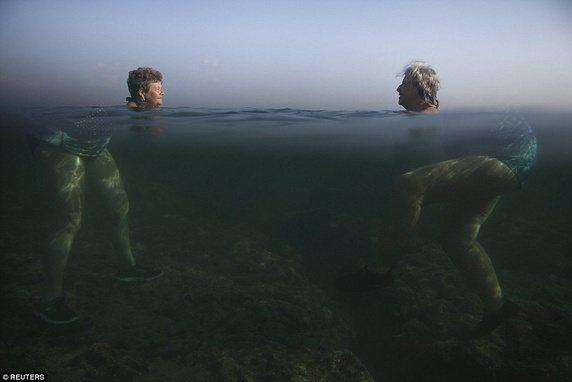 """Góc chụp đặc biệt và hiệu ứng mặt nước đã làm cho 2 người phụ nữa trông rất khổng lồ và phần đầu như """"lìa khỏi thân"""" khi đang bơi tại Cuba."""
