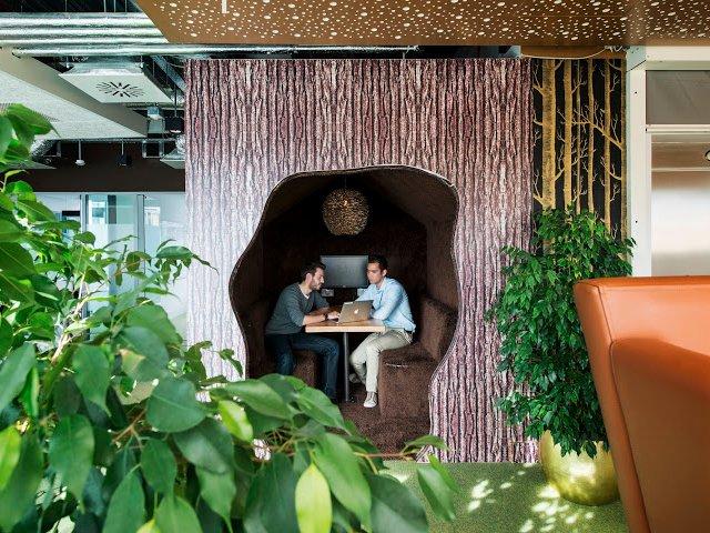 Nhiều cây xanh cũng được đặt ngay trong những phòng họp nhỏ riêng biệt.