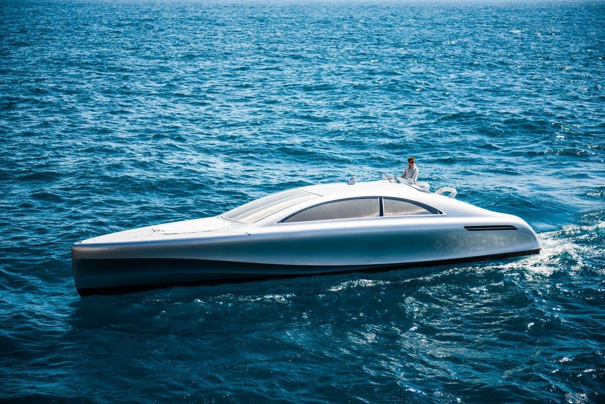 Mercedes đã hợp tác với hãng sản xuất thuyền Silver Arrows Marine tạo ra chiếc du thuyền xa xỉ này, trên thế giới chỉ có 10 chiếc và giá của mỗi du thuyền là 1,7 triệu USD.