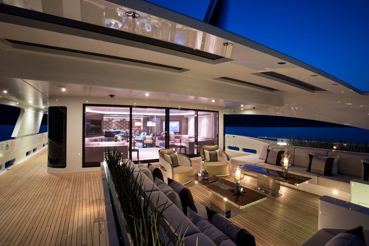Galactica Star có một phòng master cực rộng, một cabin VIP và 4 cabin khác. Nó còn có bãi đáp trực thăng và quầy bar, bồn sục Jacuzzi.